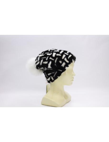Женский головной убор с помпоном